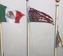 MANIFESTANTES BAJAN BANDERA DE EU E IZAN LA DE MÉXICO
