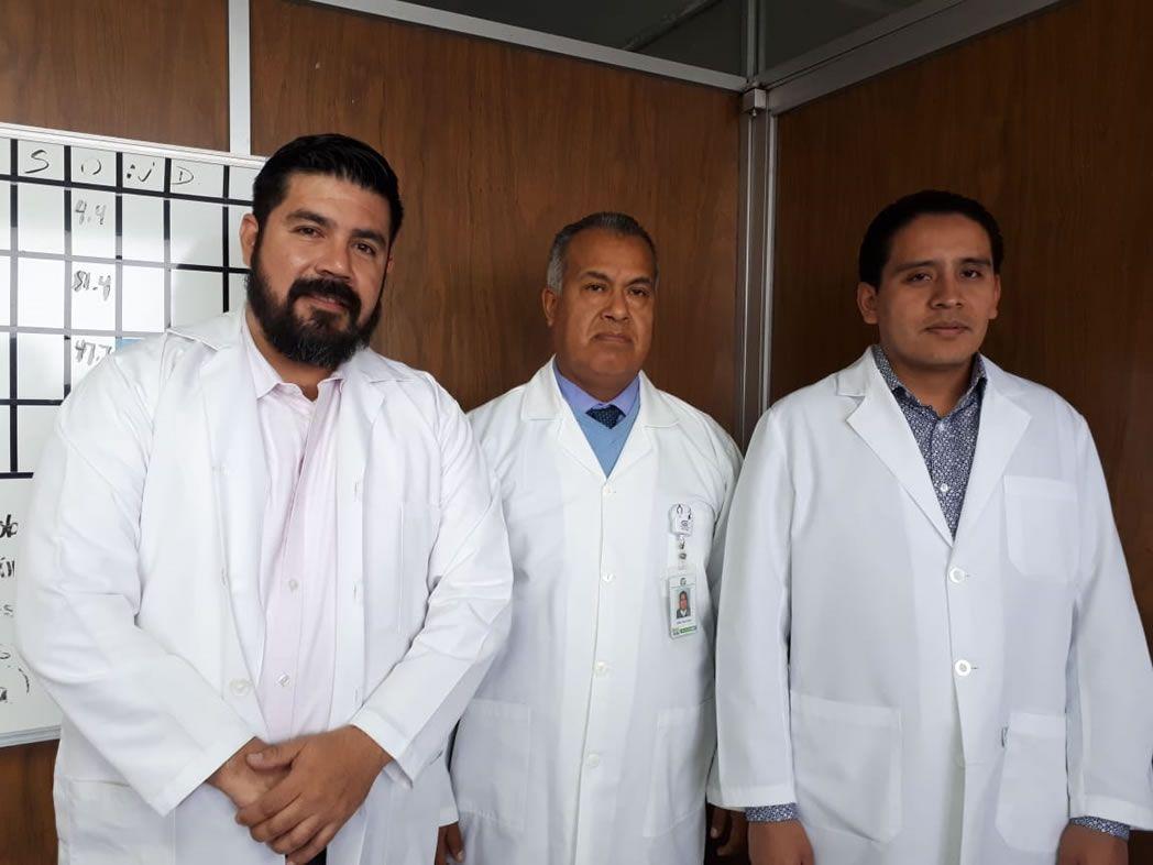El jefe de Cirugía, Jaime Pérez Pérez, y los especialistas en laparoscopía, Luis Enrique Padilla Montes y Héctor Pérez Domínguez.